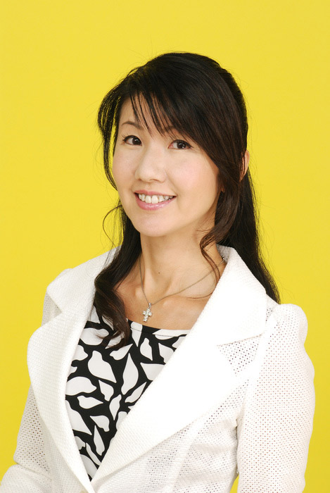 japanese news announcer naomi uemura yellow background