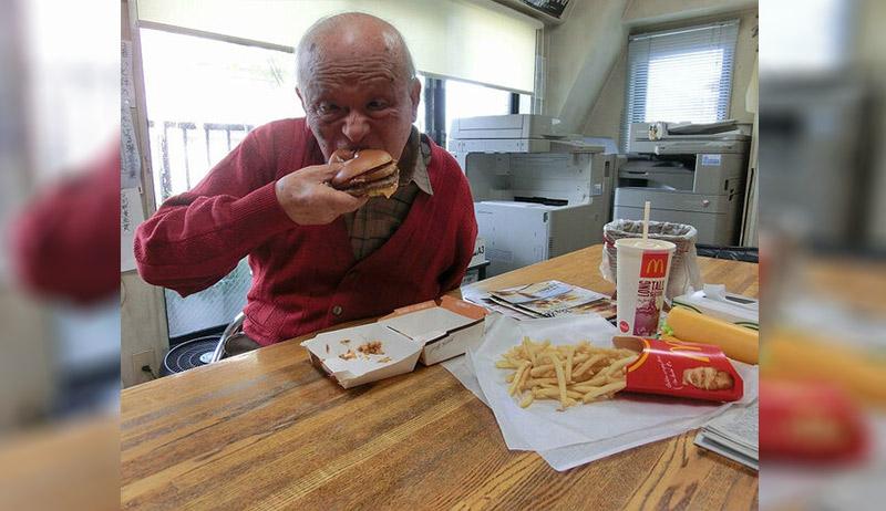 Shigeru Mizuki eating a hamburger