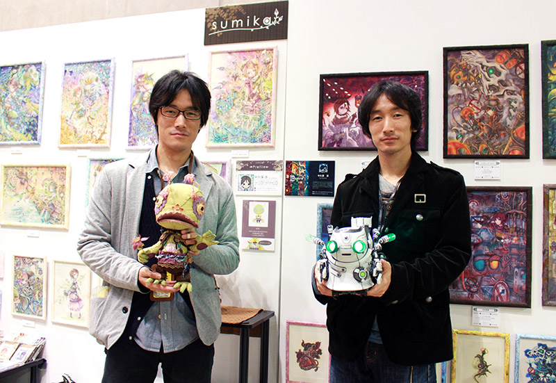two men holding sculptures at design festa