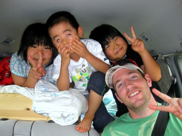 meeting japanese kids while hitchhiking in japan