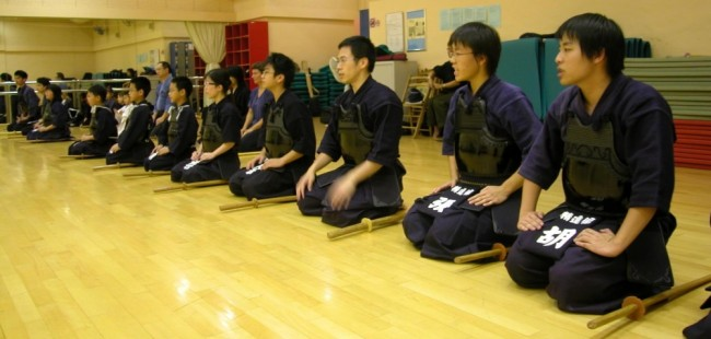 japanese people sitting seiza