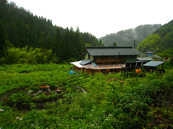 a wwoof japan farmhouse nestled in the mountains