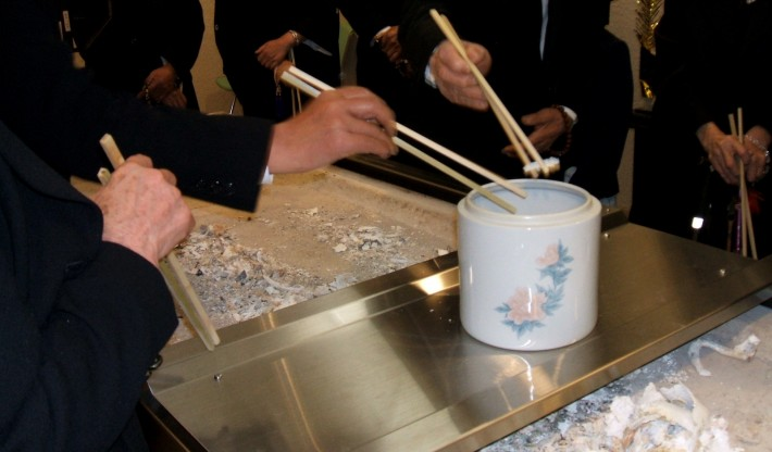 japanese-funeral-ritual-of passing bones between chopsticks