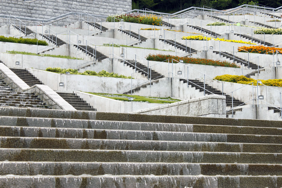 hyakudanen garden with many staircases and patches of grass