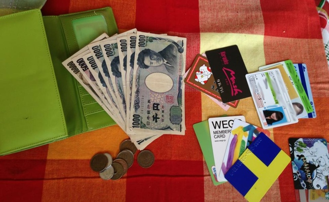 contents of a japanese wallet money and license