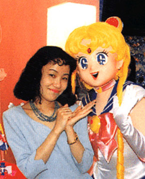 sailor moon creator naoko takeuchi gesturing at costumed character