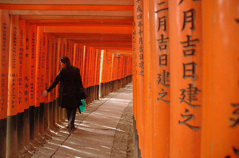 hikikomori walking through fushimi inari