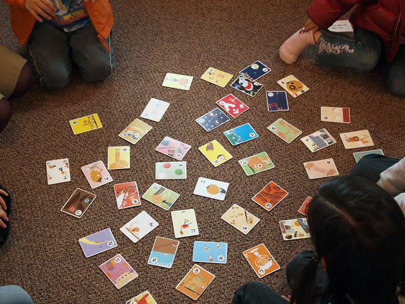kids playing karuta japanese cards