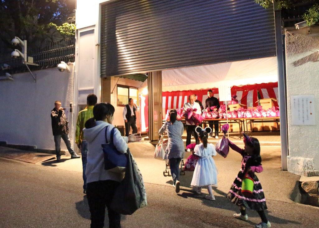 kids trick or treating with the yakuza in japan
