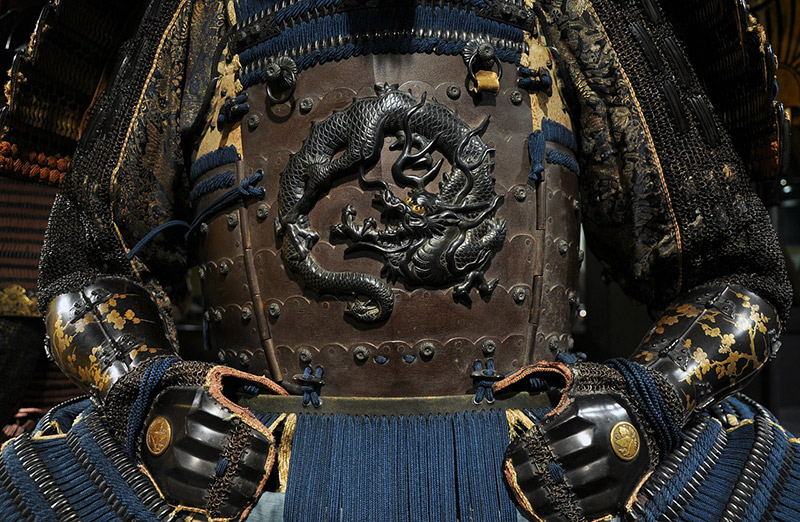 A set of samurai armor emblazoned with a dragon