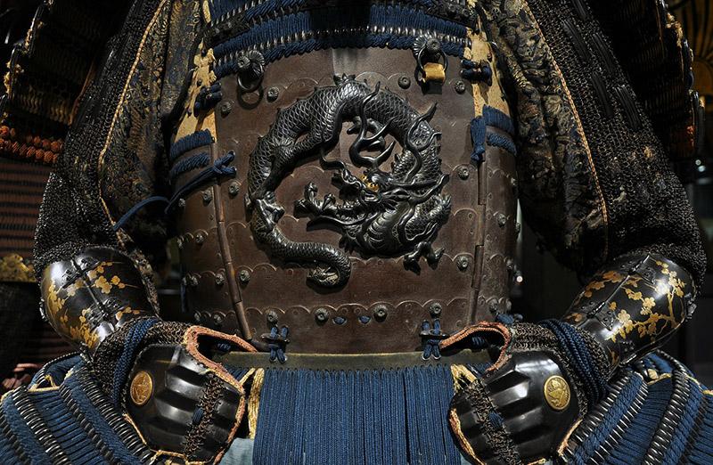 A set of samurai armor emblazoned with a dragon
