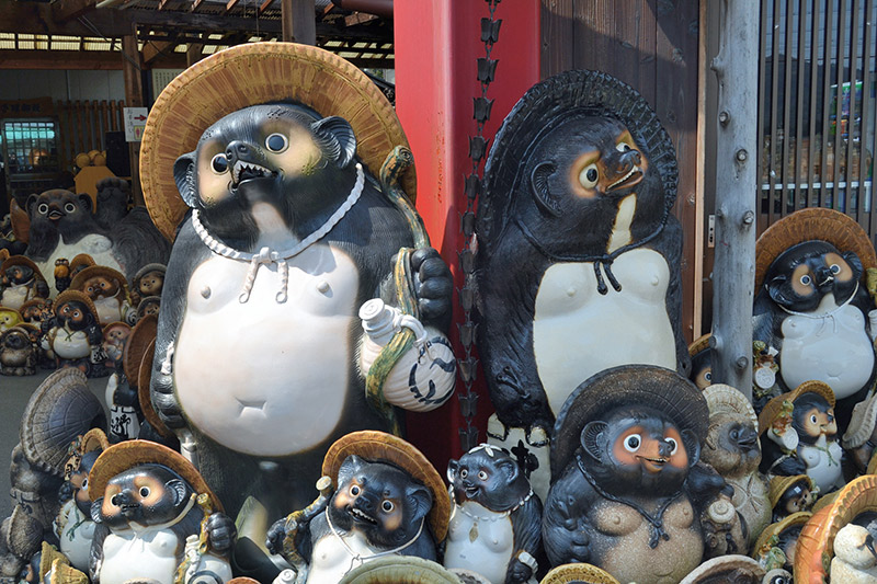 tanuki statues at shigaraki