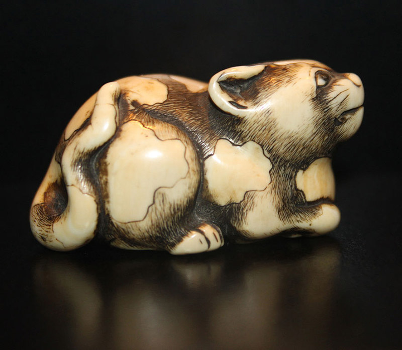netsuke-of-a-cat-crouching