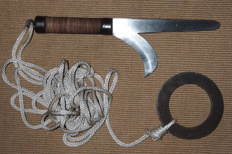 Kyoketsu-or-a-hooked-dagger-with-rope