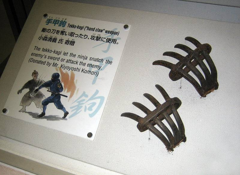 Tekko-kagi-or-metal-claws-used-for-striking
