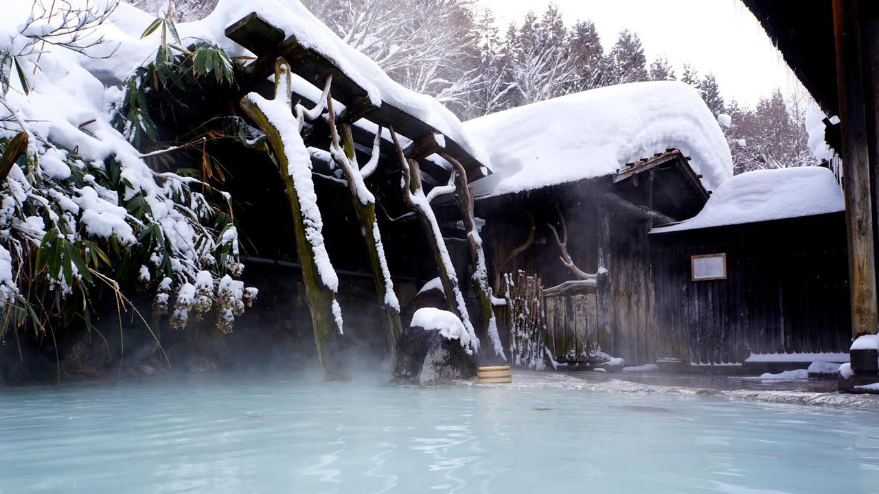 beautiful japanese onsen in snow
