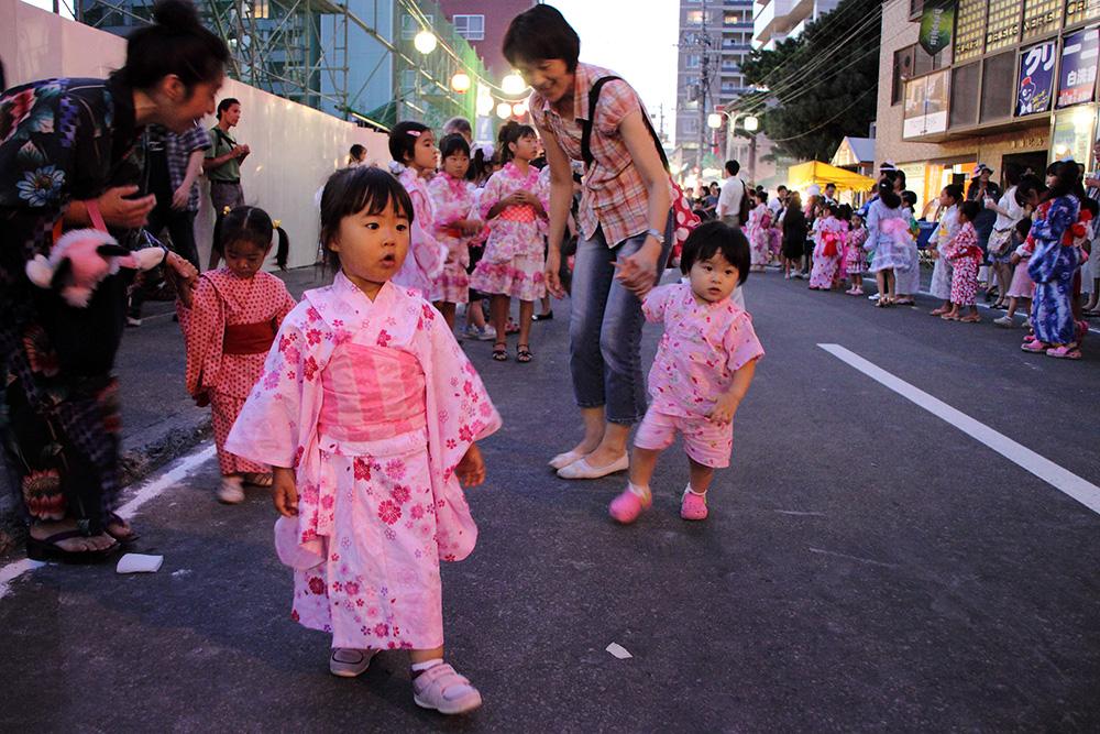 kids in yukata at matsuri