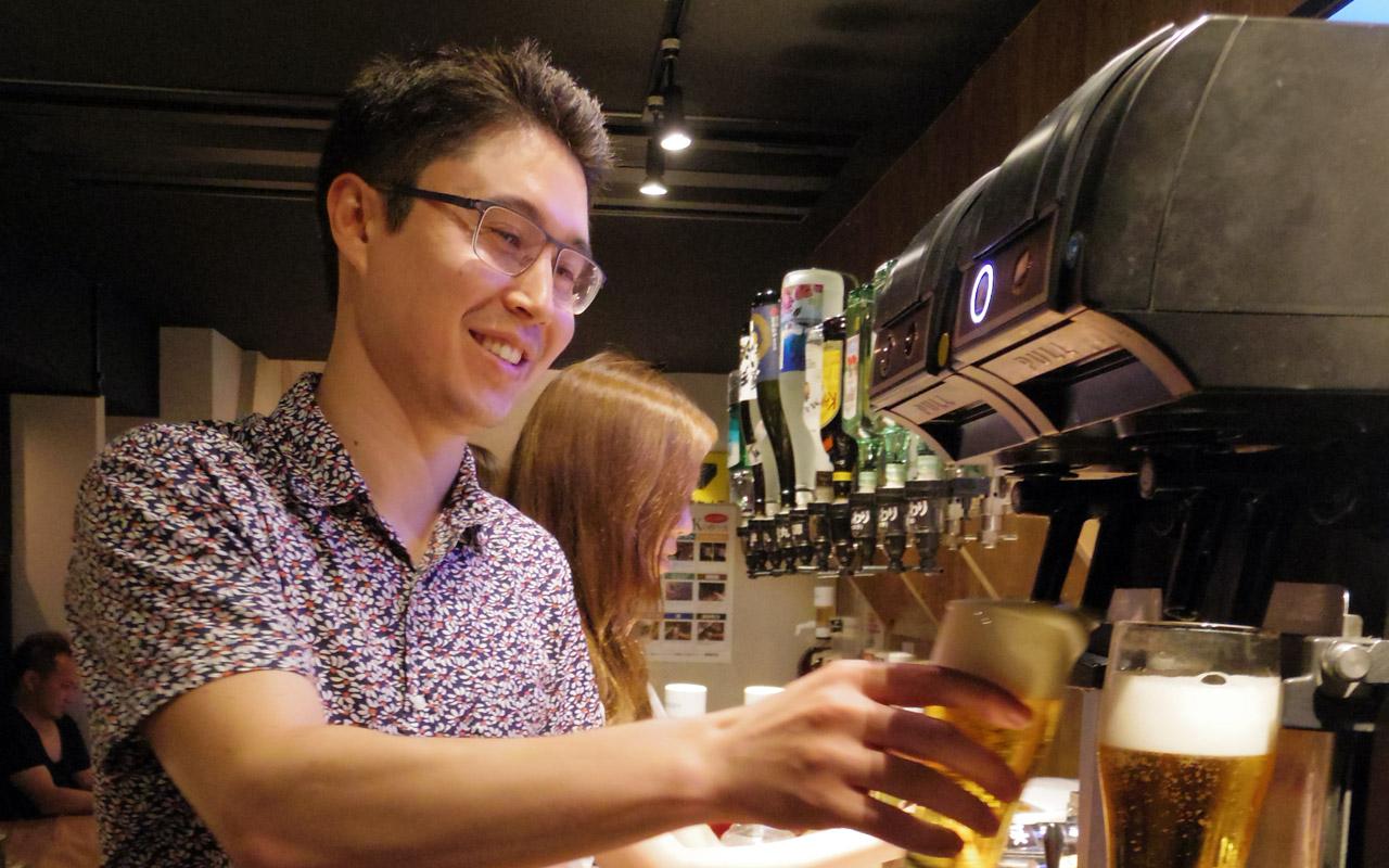 koichi getting beer at aisekiya izakaya