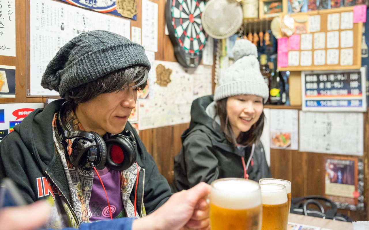 mami drinking beer with an ossan