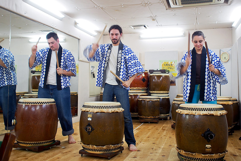 taiko learning foreigners in blue and white jackets