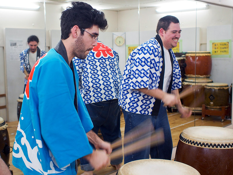 taiko drums foreigners playing drums
