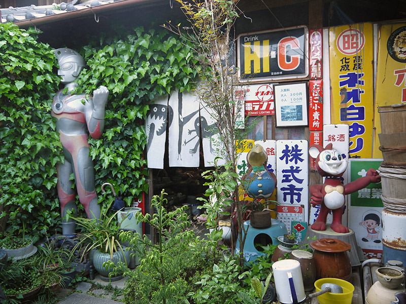 Statue of Ultraman and porcelain signs at the entrance