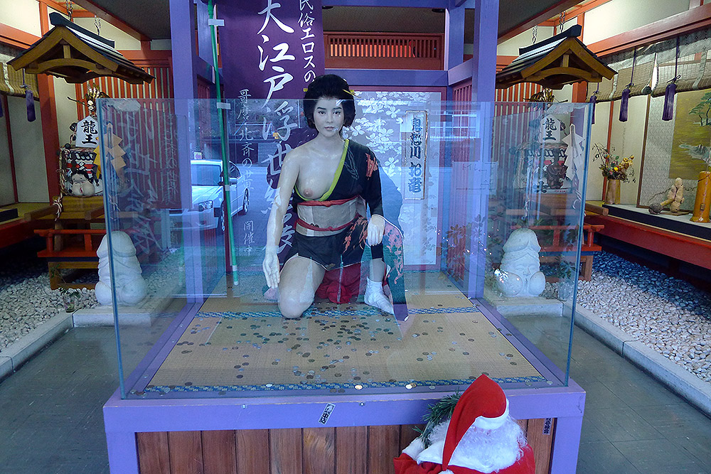 woman statue naked with santa peepin