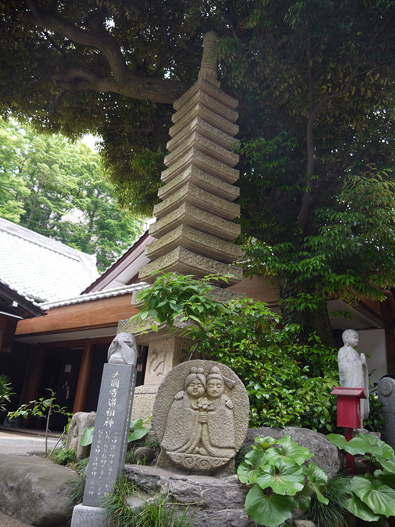 statues outside a japanese shrine couple