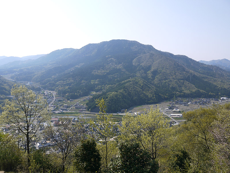 Japanese town with Mount Ritsuunkyo in the background