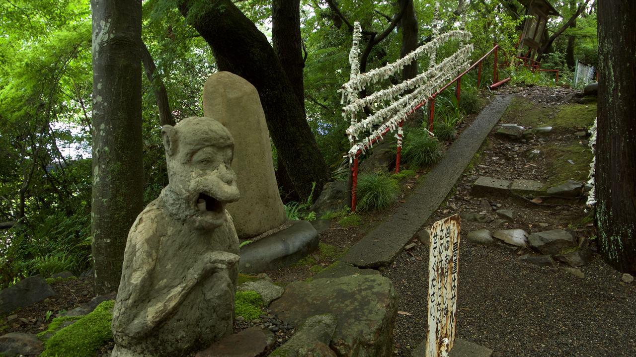monkey statue that eats omikuji