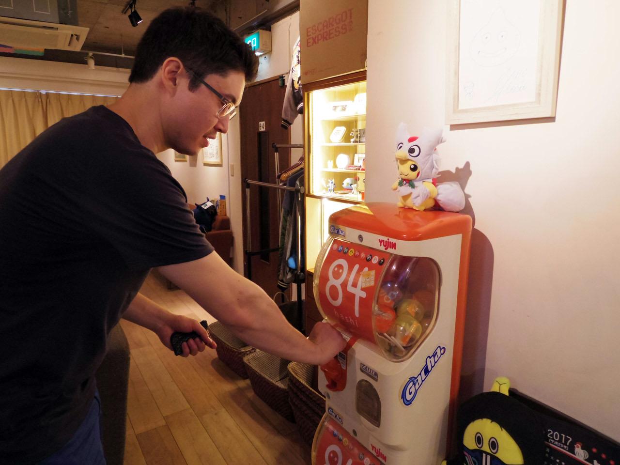 koichi buying a gachapon