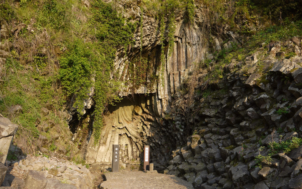 minami suzakudo cave in toyooka japan