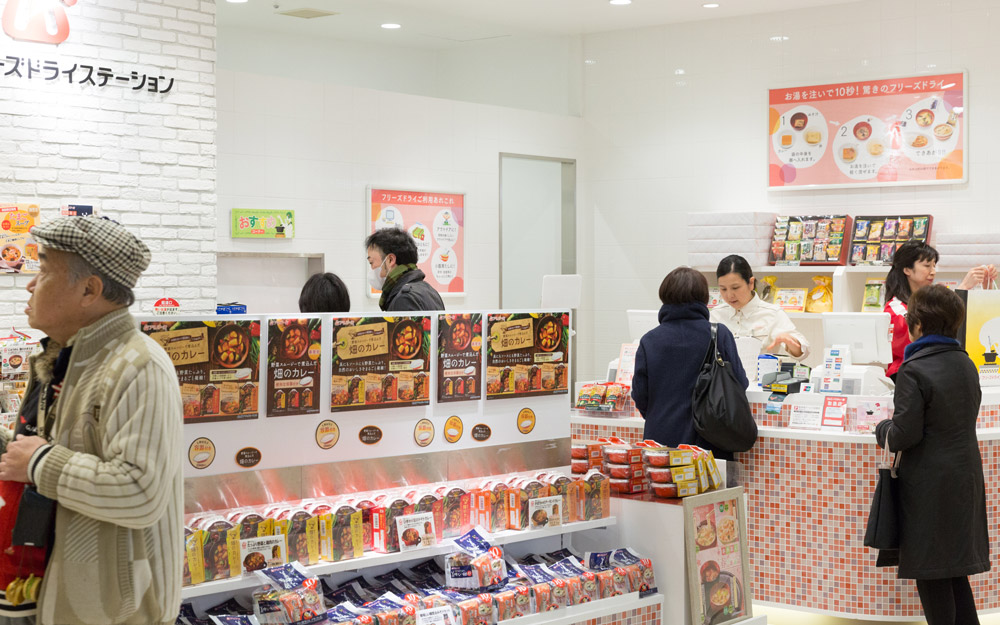 customers shopping at amano freeze dry station