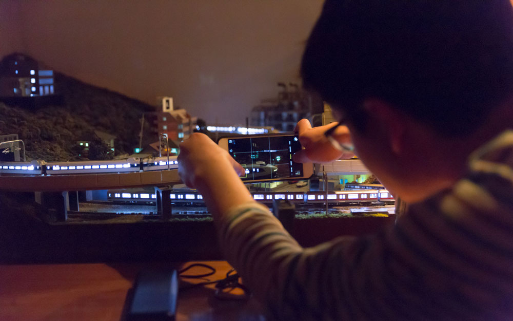 koichi from tofugu taking pictures of trains