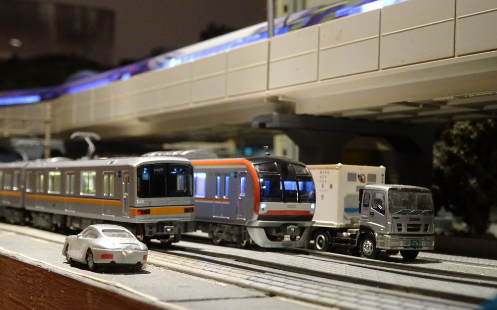 tow model trains next to each other at chouchou popon