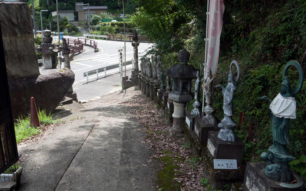 pathway leading from street into iwatoyama kanzeonji
