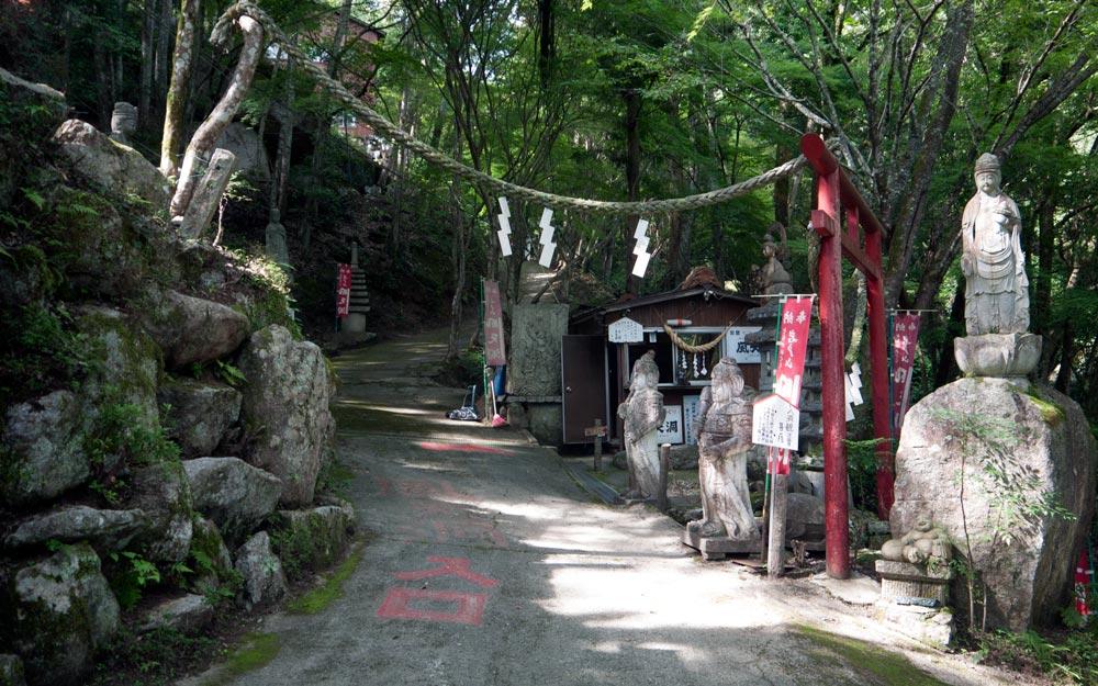 torii gate and statues at iwatoyama kanzeonji